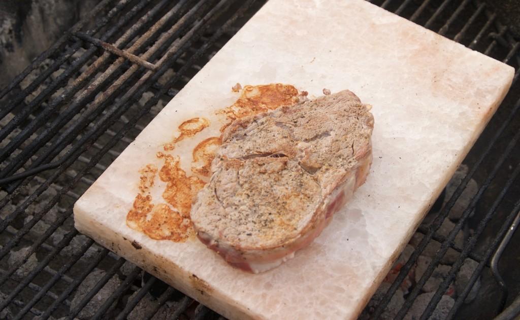 Kött som grillas på saltsten från Himalaya